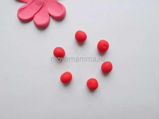 шарики из красного пластилина