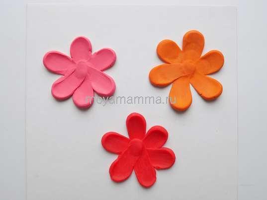 Аппликация Цветы из пластилина. Цветочки из розового, красного и оранжевого пластилина