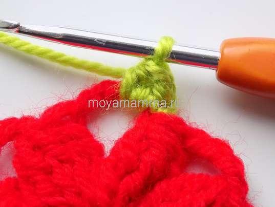 Начало обвязки зелеными нитками
