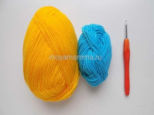 Пряжа голубого и желтого цвета, крючок