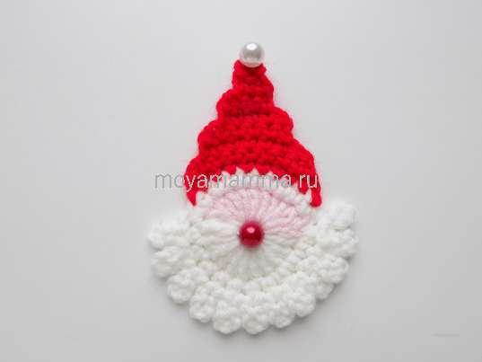 Как связать крючком Деда Мороза. Оформление носа и колпачка бусинками
