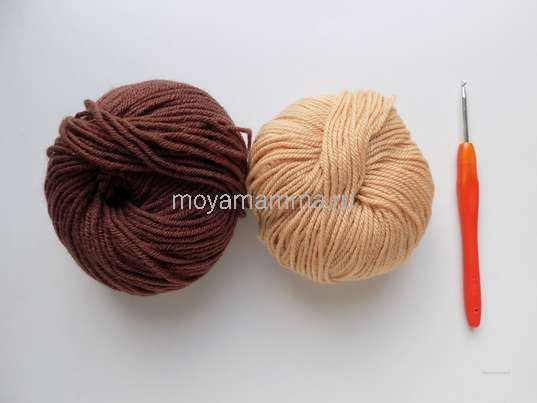 Пряжа коричневого и бежевого цвета, крючок