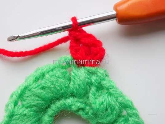 Прикрепляемся к зеленому пышному столбику, делаем 3 петли и вяжем в одно основание пару столбиков с накидом