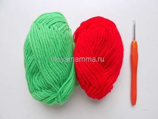 Пряжа зеленого и красного цвета, крючок