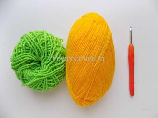 пряжа желтого и зеленого цвета, крючок