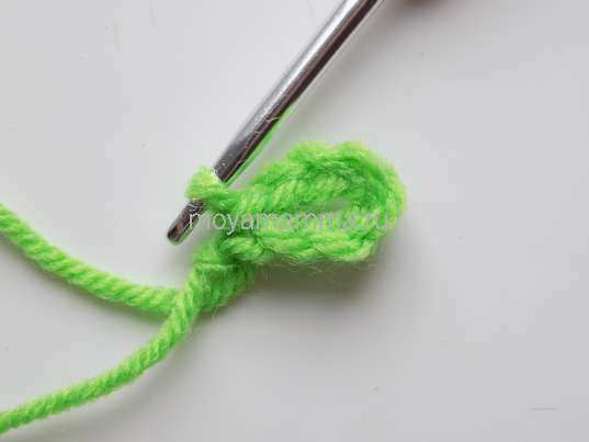 Как связать крючком тесьму. Первый листочек на нашей тесьме