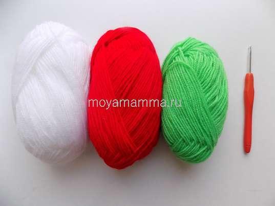 Пряжа красного, зеленого, белого цвета, крючок