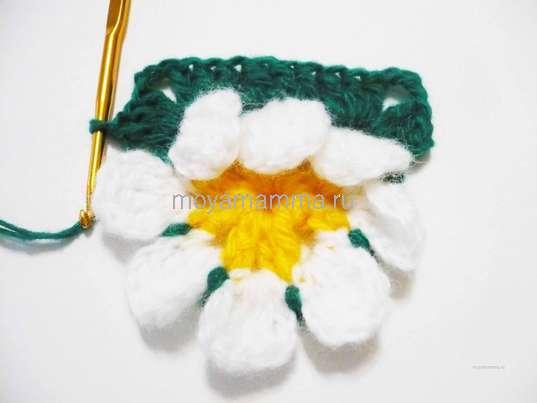 Салфетка с объемным цветком крючком. На следующей арке 3 ССН и уголок