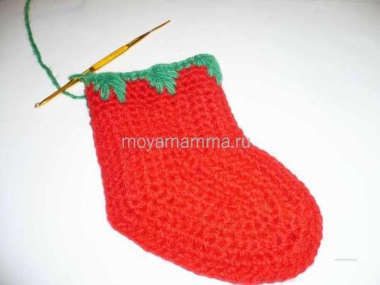 Новогодний носочек крючком. На второй стороне носочка вяжем ещё две лапки