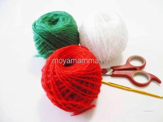 Нитки красного, белого и зеленого цветов, ножницы, крючок