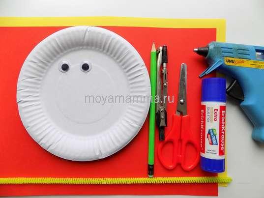 Бумажная тарелка, цветная бумага, клей, ножницы, декоративные глазки