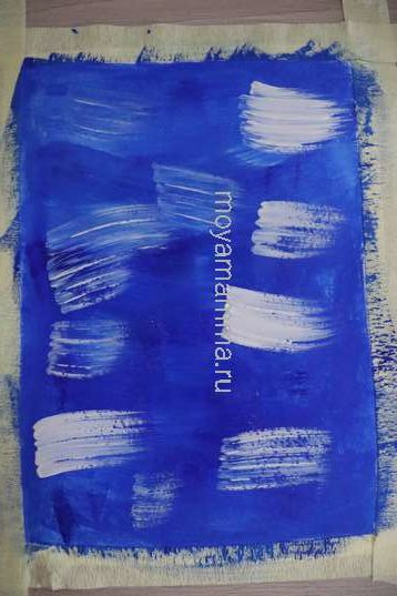 Мазки белой гуашью на темно-голубом фоне