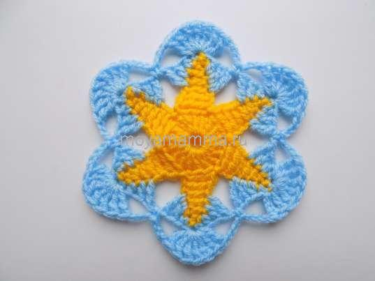 Шестиугольный мотив цветком. Вязание по кругу голубой нитью