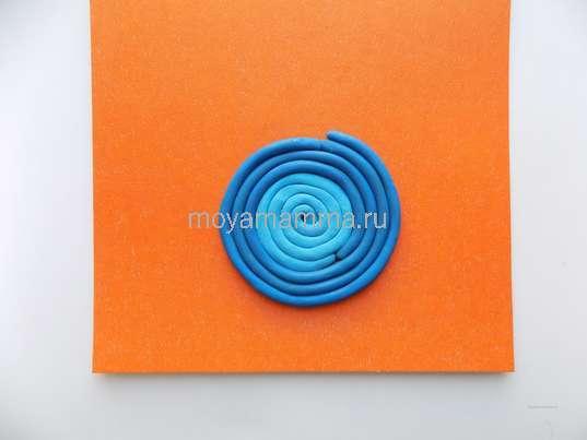 Формирование вазы из жгутиков синего пластилина