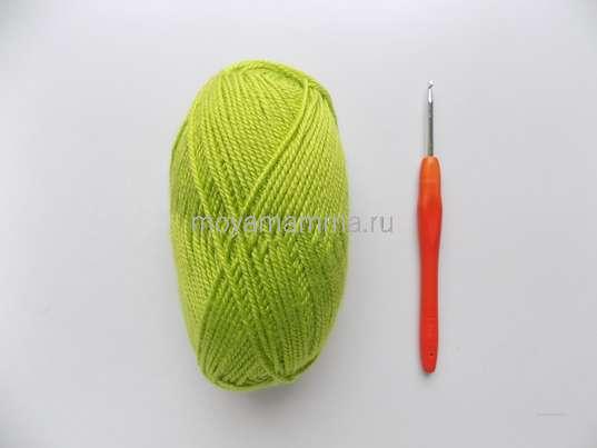 Пряжа ярко-зеленого цвета и крючок