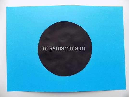 Приклеивание круга на лист голубой бумаги