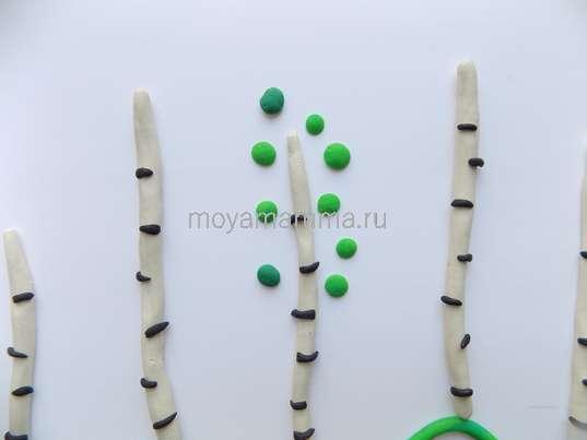 Расплющенные шарики из пластилина для кроны