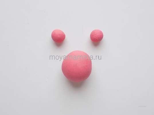 Один большой шарик и пару маленьких из розового пластилина.