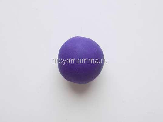 Шарик из фиолетового пластилина для тела ежика