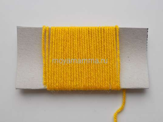 Наматывание желтых ниток на заготовку