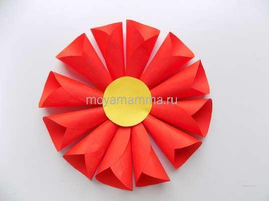 Цветок из бумажных кругов. Серединка из желтого кружочка небольшого размера.