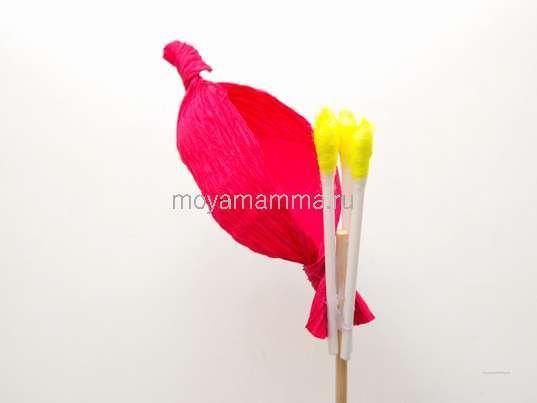 Как легко сделать цветок из гофрированной бумаги. Приклеивание лепестка