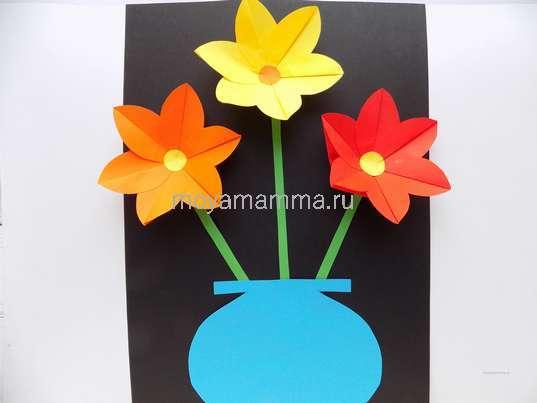 Объемная аппликация с цветами из бумаги. Приклеивание вазы из голубой бумаги