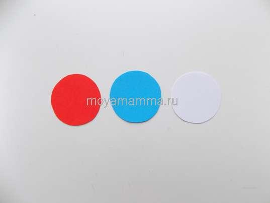 Кружки из красной, синей и белой бумаги.