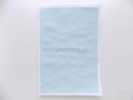 Прямоугольник, вырезанный из светло-голубой бумаги.