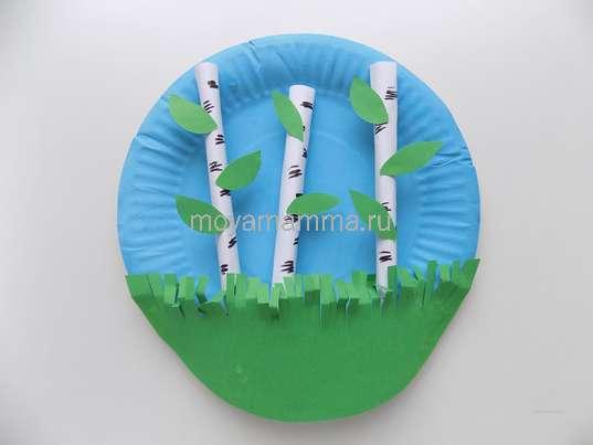 Поделка березы. Приклеивание зеленой заготовки в нижней части бумажной тарелки.