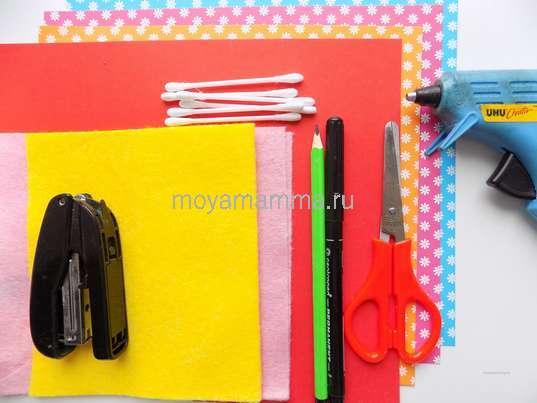 Цветная бумага, ватные палочки, степлер, ножницы и другие материалы