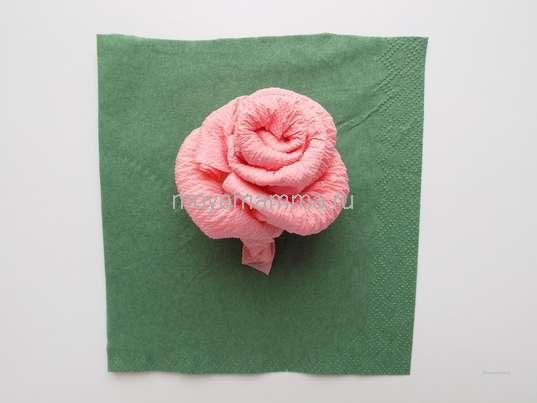 Роза из бумажных салфеток. Квадрат, вырезанный из зеленой бумажной салфетки