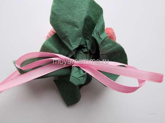 Роза из бумажных салфеток. Оборачивание нижней части цветка