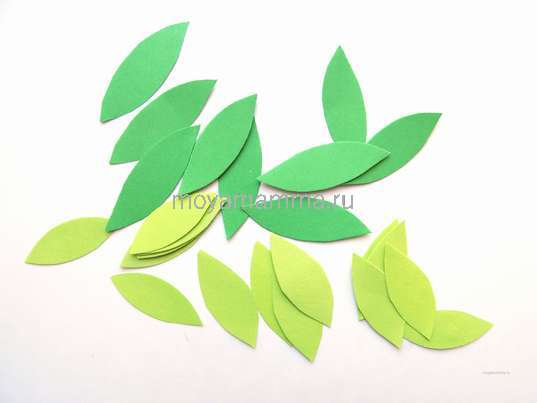 Аппликация грачи прилетели. Листочки для берез из зеленой бумаги двух цветов.