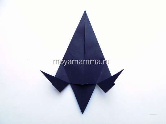 разрезанные треугольники отгибаем в стороны, совмещая при этом края