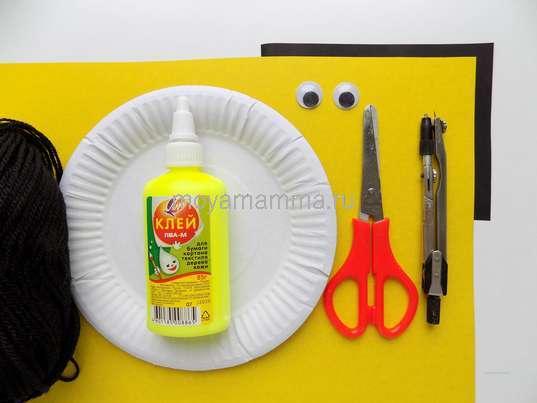 Бумажная тарелка, желтый картон, нитки, глазки, циркуль, ножницы