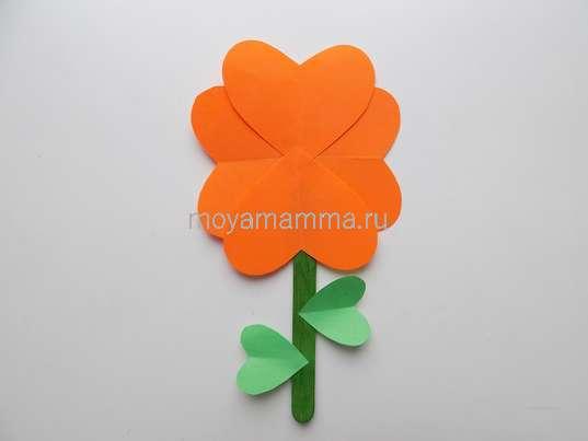 Цветочки из бумаги и палочек. Приклеивание листочков к стеблю