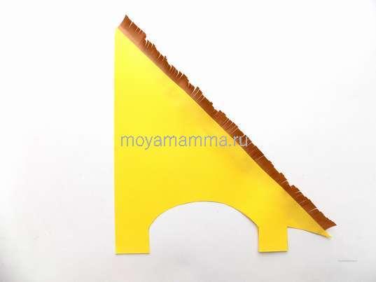 Приклеивание коричневой заготовки вдоль стены
