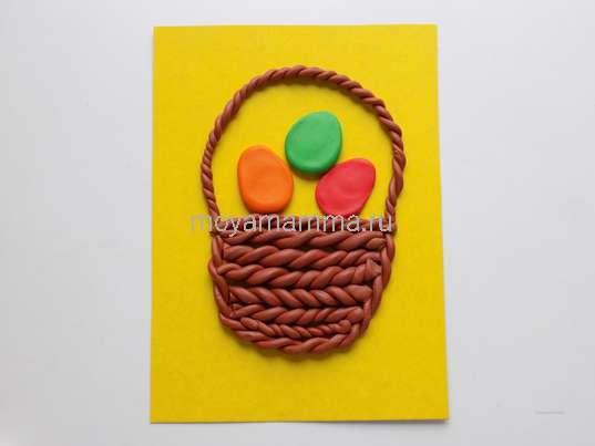 Пасхальная корзинка из пластилина. Выкладывание разноцветных пластилиновых яиц