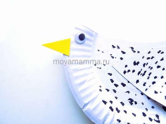 Поделка курица. Приклеивание клюва и глаза