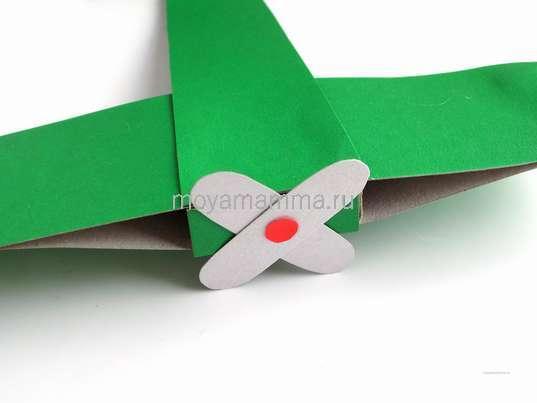 Самолет из спичечного коробка и картона. Прикрепление пропеллера