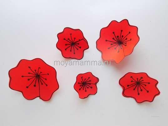 Аппликация цветы в саду. . 5 цветов разного размера из красной бумаги