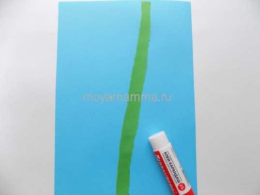 Приклеивание зеленой полоски бумаги на голубой фон