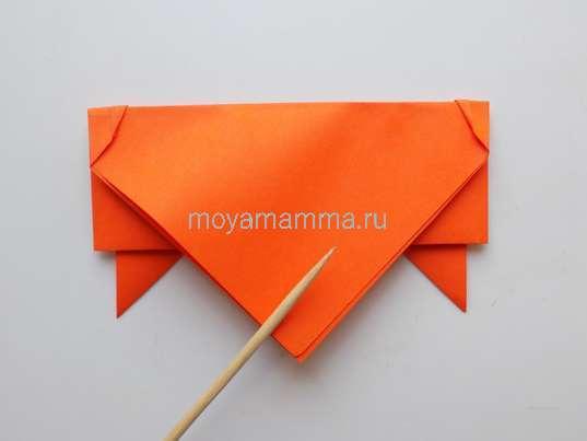 Летающая тарелка оригами. Загибание верхнего уголка