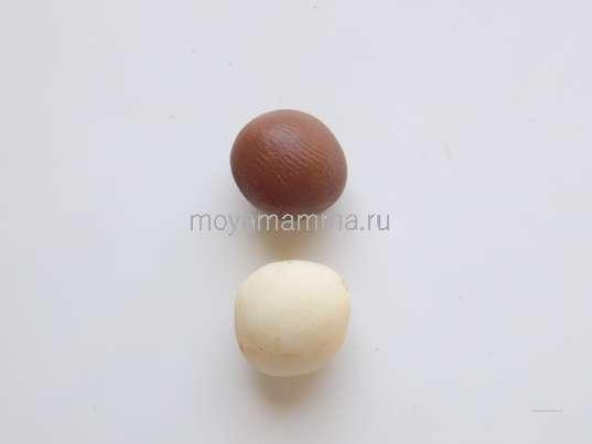 шарики белого и темно-коричневого пластилина