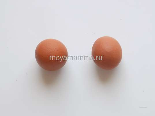 Два одинаковых шариков светло-коричневого пластилина.