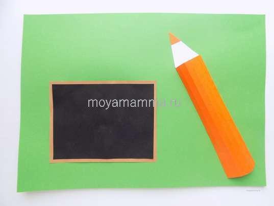 Приклеивание школьной доски на зеленом фоне