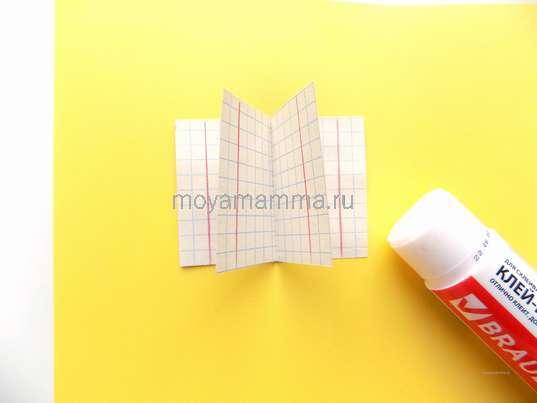 Приклеивание 2 заготовок на желтый лист бумаги