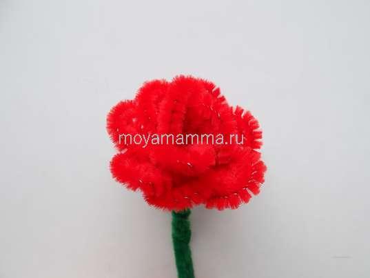 Цветок из красной синельной проволоки.