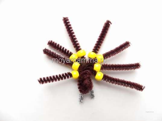 Нанизывание желтых бусин на лапок